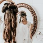 巻き毛をセットする女性
